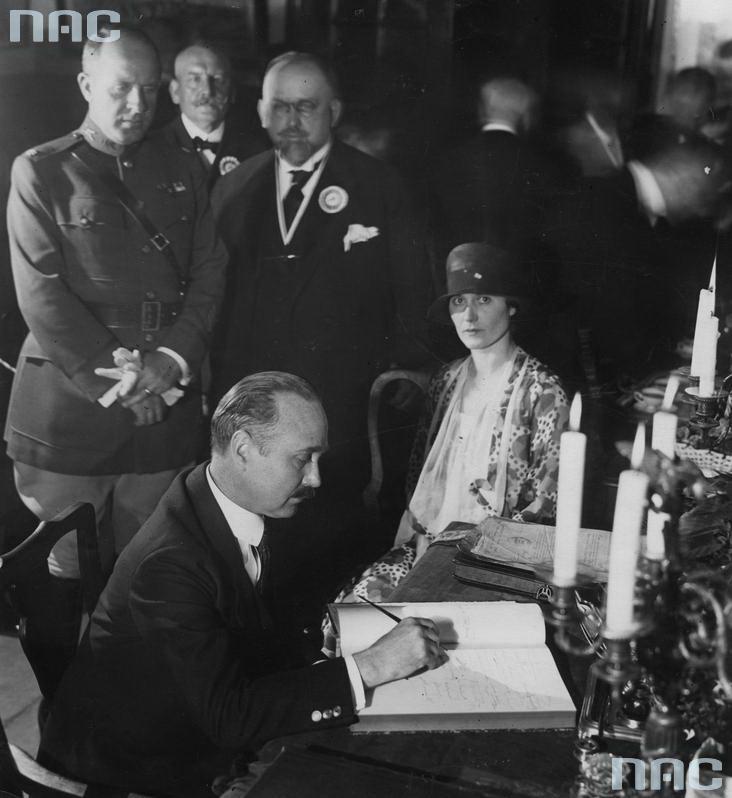 1926 - Fragment uroczystości wwiniarni Fukiera. Poseł nadzwyczajny iminister pełnomocny Stanów Zjednoczonych wPolsce John Stetson wpisuje się doksięgi pamiątkowej. Obok widoczna małżonka.