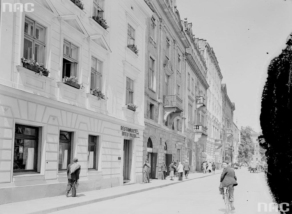 Kraków. Ulica Szpitalna nr30 - 38. Podnr30 widoczna restauracja hotelu Pollera.2 ok