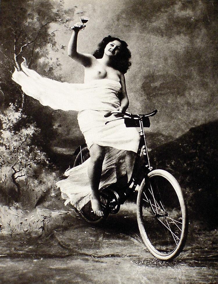 Naga kobieta narowerze pijąca wino