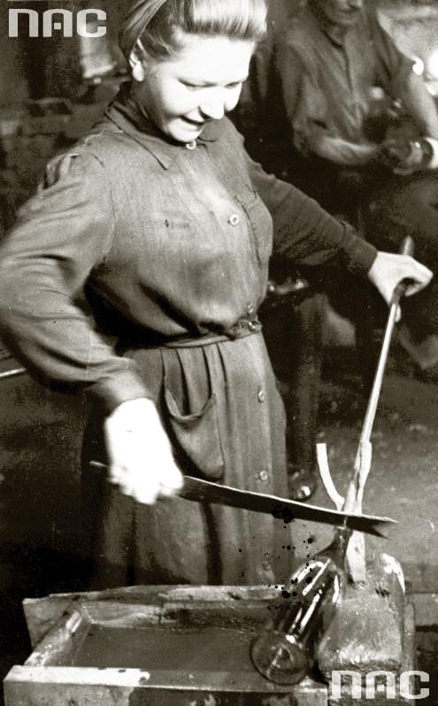 1943 Huta szkła ''Prądniczanka''. Kobieta kończy wykonywanie butelki