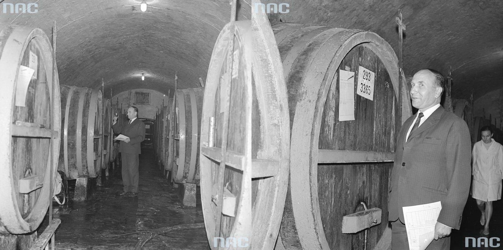 2 - Warsowin Piwnice Zakładów - pobieranie próbek wina leżakującego dolaboratorium.